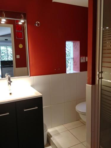 A bathroom at Chez Isabelle et Guy B&B