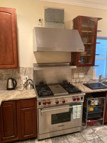 A kitchen or kitchenette at Bloomingdale Beauty near Union Station
