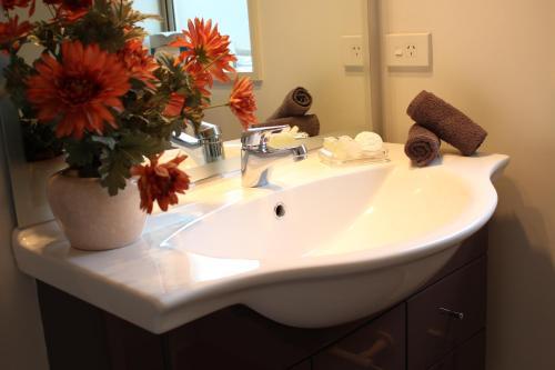 A bathroom at Tresori Motor Lodge