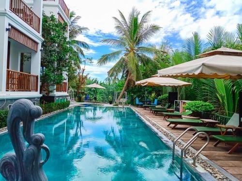 Der Swimmingpool an oder in der Nähe von Hoian River Palm Hotel & Villas