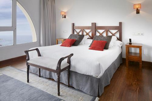 A bed or beds in a room at Saiaz Getaria Hotela