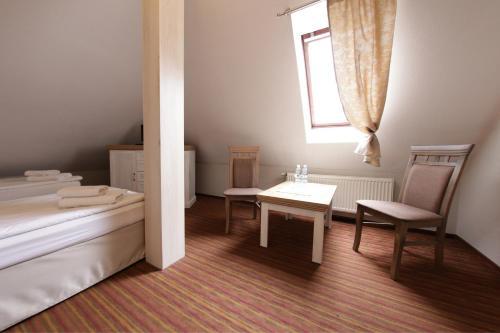 Łóżko lub łóżka w pokoju w obiekcie Hotel Nad Stawem