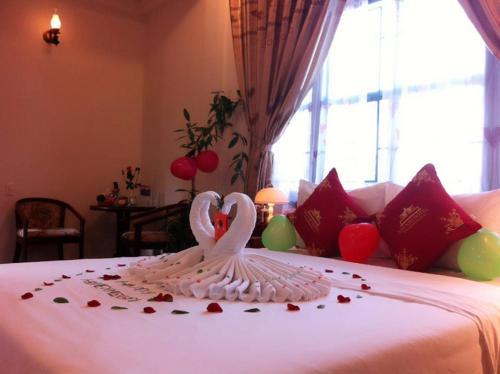 Ein Bett oder Betten in einem Zimmer der Unterkunft Nhi Nhi Hotel