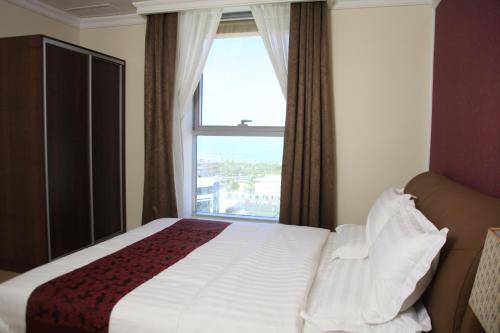 سرير أو أسرّة في غرفة في لاغونا هوتيل سويتس