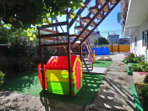 Детская игровая зона в Частный сектор в Витязево Aquarelle номера с кухнями и номера стандарт 800 м до пляжа