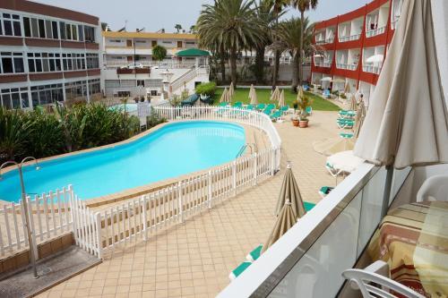 Uitzicht op het zwembad bij Apartamentos Ecuador of in de buurt