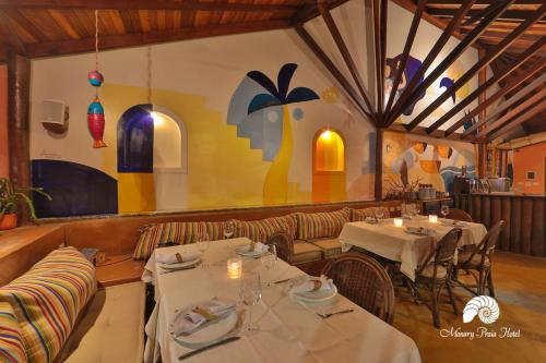 A restaurant or other place to eat at Manary Praia Hotel