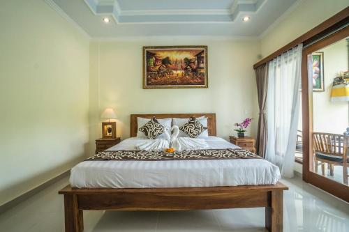 A bed or beds in a room at Saputra Guesthouse