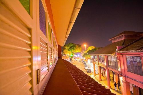 Ein Balkon oder eine Terrasse in der Unterkunft JonkeRED Heritage Hotel