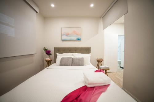A bed or beds in a room at Blue Charm - Flinders Lane, NBN Wifi, Lift