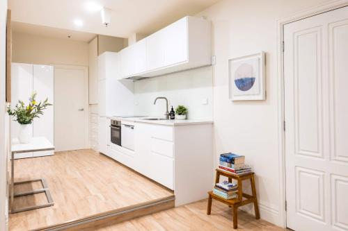 A kitchen or kitchenette at Blue Charm - Flinders Lane, NBN Wifi, Lift