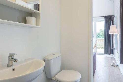 A bathroom at Rowan 1 - Standard Plus One Bed Apartment On Private Estate