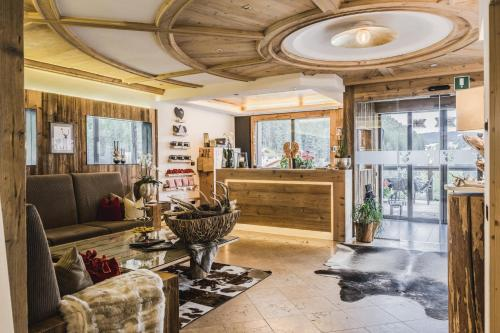 Hotel Chalet S - Dolomites Design 로비 또는 리셉션