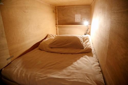 A bed or beds in a room at Y Pub & Hostel Tottori