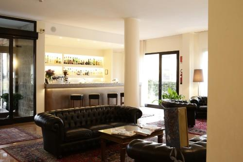 The lounge or bar area at Hotel City