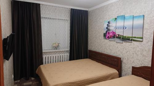 A bed or beds in a room at Apartments Мира 2 Б