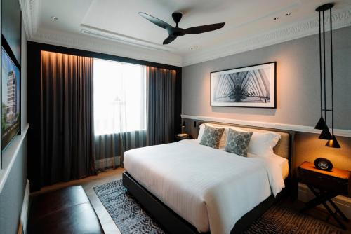A bed or beds in a room at Grand Park City Hall (SG Clean)