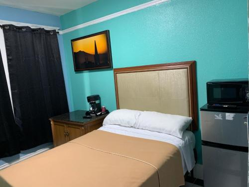 A bed or beds in a room at Sunnyside Hotel