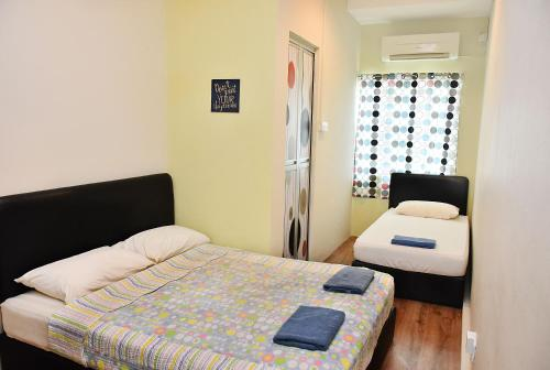 A bed or beds in a room at Harbourside Backpackers