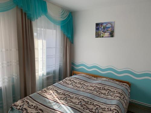 """Кровать или кровати в номере 2-х комнатные апартаменты """"Белла"""""""