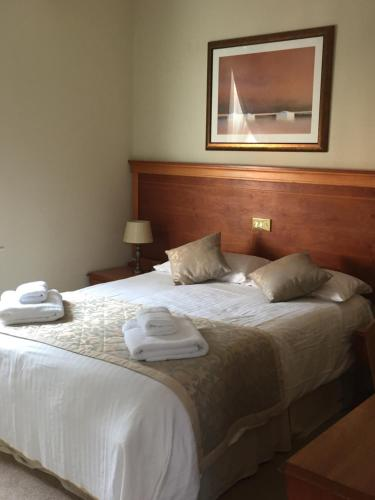 A bed or beds in a room at The West Wing at Everleigh Manor