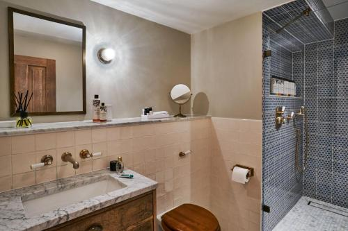 A bathroom at Redchurch Townhouse