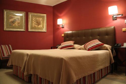 A bed or beds in a room at Hotel Palacio Dos Olivos