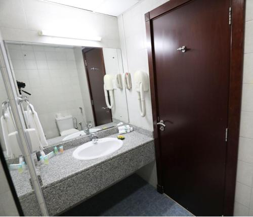 A bathroom at Parkside Hotel Apartment