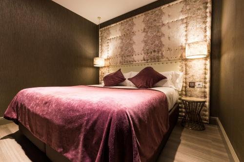 A bed or beds in a room at Sant Jordi Boutique Hotel