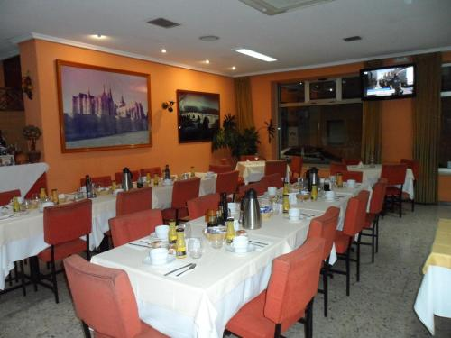 Un restaurante o sitio para comer en Hostal Coruña