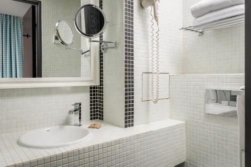 A bathroom at Monceau Elysées