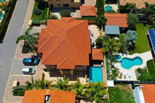 Uma vista aérea de BEAUTIFUL HOUSE WITH PRIVATE POOL IN GOLD COAST