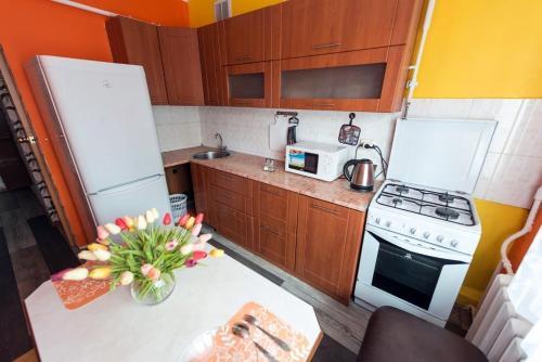 A kitchen or kitchenette at Уютный Апартамент в центре города