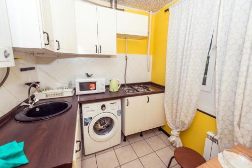 A kitchen or kitchenette at Уютная и светлая квартира в центре
