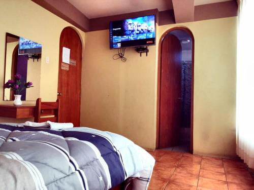 A television and/or entertainment centre at Hostal El Portal