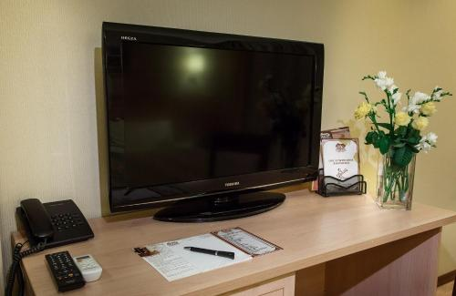 """A television and/or entertainment center at Hostel """"As in europe"""""""