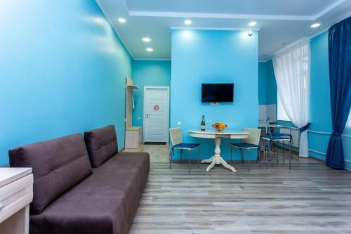 Гостиная зона в Leto Apartments
