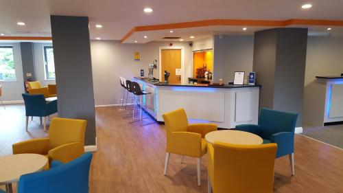The lounge or bar area at Holiday Inn Express Birmingham - Castle Bromwich
