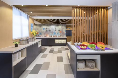 Кухня или мини-кухня в Holiday Inn Express Foshan Chancheng