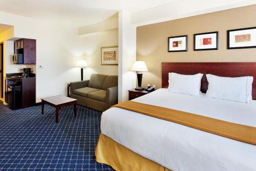 A bed or beds in a room at Holiday Inn Express & Suites Cookeville