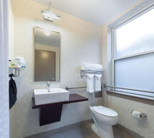 A bathroom at Hotel Cass - A Holiday Inn Express at Magnificent Mile