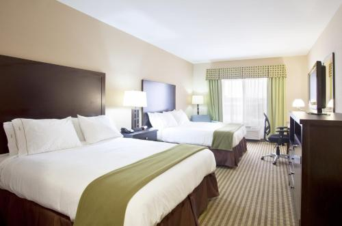 A bed or beds in a room at Holiday Inn Express Le Roy