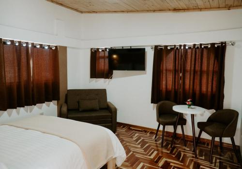 A television and/or entertainment centre at Atusparia Guest House Huaraz
