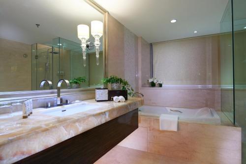 A bathroom at Dorsett Chengdu