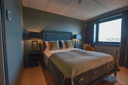 A bed or beds in a room at Quality Hotel Grand Royal