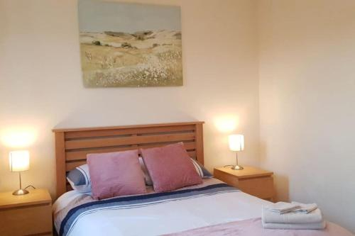 A bed or beds in a room at Trendy Apartment, Steps to Basingstoke Station