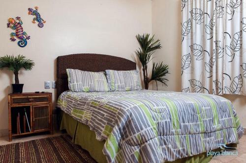 Cama o camas de una habitación en Condo Playa Blanca 1309 Apartment