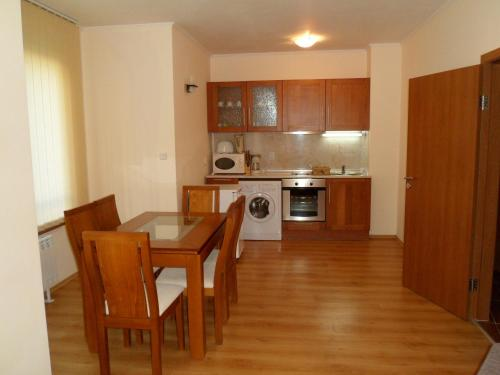 A kitchen or kitchenette at Cedar Lodge 3/4 Self-Catering Apartments