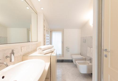 Ein Badezimmer in der Unterkunft Borgolago Suites