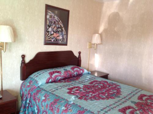 A bed or beds in a room at Budget Inn Hazelwood